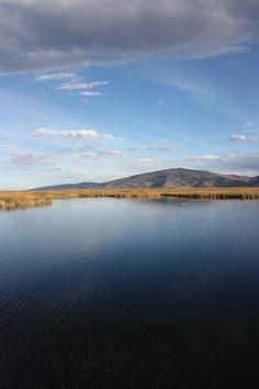 Lac Titicaca, Pérou#Le lac Titicaca est le plus haut lac navigable du monde, situé à 3 812 m d'altitude. Titikaka signifie « puma gris » en aymara. D'avril à juin, le climat est agréable, c'est la meilleure période pour apprécier le lac. Selon la mytholgie inca, le lac Titicaca serait la matrice d'où serait sorti le monde. Il existe environ une quarantaine d'îles flottantes, faites de roseau, sur lesquelles vivent quelque 2 000 habitants.#http://urlz.fr/3hLO#tenebboy, Flickr