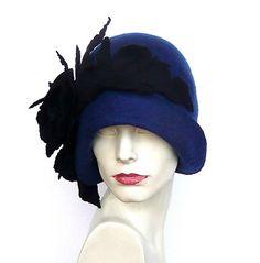 Blauwe vilten hoed, hoed, Cloche hoed, 1920 hoed, Art hoed, voelde Blue Hat, Cloche hoed, 1920 s Hat, wollen hoed, vrouw hoed, vilten hoeden, vilten hoeden Donker blauwe muts met zwarte bloemen. Groot, erg vleiend hoed! Past zich aan het hoofd! Speciaal en uniek! Verfijnde en elegante!