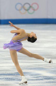 ソチ五輪は19日、フィギュアスケートの女子ショートプログラム(SP)が行われ、浅田真央はトリプルアクセル(3回転半ジャンプ)で転倒、55.51点で16位だった。連覇を目指す金妍児(韓国)が74.92点でトップ。鈴木明子は60.97点で8位、村上佳菜子は55.60点で15位となった...