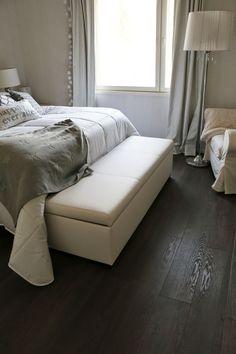 Maanläheiset sävyt makuuhuoneessa Villa, Lounge, Couch, Bed, Furniture, Home Decor, Chair, Bedroom, Airport Lounge