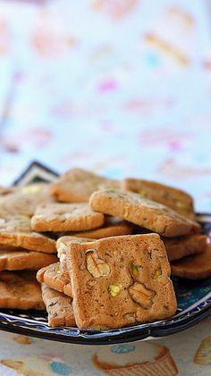 Это печенье получится даже у начинающих хозяек. Орехи здесь не обязательны. Это дело вкуса. Можете положить изюм или порезанную курагу.  Ингредиенты: 250 г мягкого…