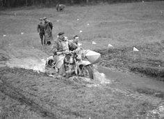 Rund um Wien 1936  Fuhrmann auf Harley Davidson bei der Wasserdurchfahrt Quelle:technischesmuseum.at Sammlung Arthur Fenzlau