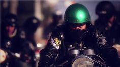 Une BSA, un casque vert pailleté, des copains autour, en route pour 'The Ton'!