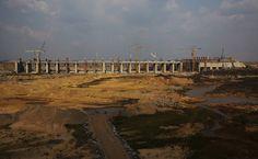 Braço mais famoso do Grupo Odebrecht, a Construtora Norberto Odebrecht atua em transporte e logística, energia, saneamento, infraestrutura urbana, mineração e edificações. Na imagem, barragem em construção da hidrelétrica de Belo Monte, no Xingu. A companhia é um dos alvos da Operação Lava Jato.