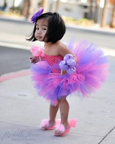 Fillette en tutu rose et violet ~~ Little girl wearing a pink and violet tutu