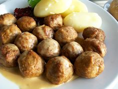Swedish meatballs are among the more famous of Swedish dishes, familiar to the world as appetizers on a toothpick or as a cheap meal at your local Ikea. Sweet N Sour Meatball Recipe, Swedish Meatball Recipes, Sweet And Sour Meatballs, Swedish Recipes, Meat Recipes, Real Food Recipes, Cooking Recipes, Yummy Food, Slow Cooker Appetizers