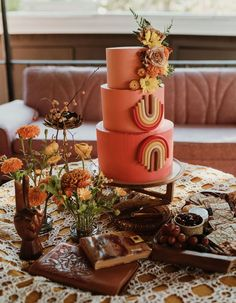 The bride wore vintage (and so did the groom + bridesmaids!) for this '70s-inspired backyard wedding inspiration! Get all the details on Green Wedding Shoes! Retro Wedding Theme, Retro Wedding Inspiration, Wedding Ideas, Chic Wedding, Wedding Planning, Coral Wedding Cakes, Small Wedding Cakes, Rainbow Wedding Cakes, Artist Cake