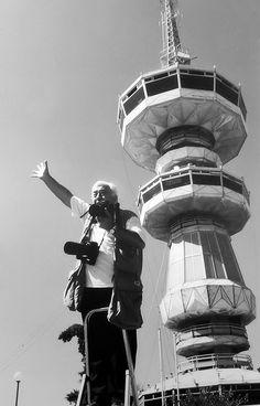 Ο φωτορεπόρτερ Γιάννης Κυριακίδης μπροστά τον Πύργο του ΟΤΕ Thessaloniki, Macedonia, Athens, Old Photos, Statue Of Liberty, Greece, The Past, Culture, In This Moment