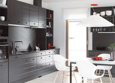 Kohde 10, Kannustalon Lato, muuttovalmis koti.  Tyylikäs ja nuorekas kokonaisuus. Tyylikäs ja nuorekas kokonaisuus. Tummanharmaa moderni ilme, jossa kalusteista kuitenkin huokuu ripaus mennyttä aikaa. Runsaasti säilytystilaa niin katseilta piilossa kuin avolokerikoissa. Kauniisti luotu harmoninen kokonaisuus. Keittiön ovimalli on Lato LAU48 tumma harmaa. Kitchen Dining, Dining Room, Kitchen Interior, Sweet Home, Interior Design, Furniture, Home Decor, Kitchen Ideas, Interiors