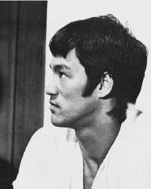 Bruce behind the scenes of The way of the dragon Way Of The Dragon, Enter The Dragon, Little Dragon, Bruce Lee Chuck Norris, Artiste Martial, Martial Artist, Bruce Lee Photos, Kickboxing, Muay Thai