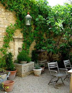 French garden with stone wall, fountain & gravel. When done well, crushed gravel can have a elegant yet relaxed cottage atmosphere. (HPG idea but I'm going to do a gray crushed slate type rock) Italian Courtyard, French Courtyard, Italian Garden, Tuscan Courtyard, Tuscan Garden, Garden Cottage, Mediterranean Garden, Garden Living, Small Gardens