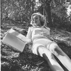 Marilyn Monroe Reading by Edward Clark 1950 Joven Marilyn Monroe, Marilyn Monroe Fotos, Young Marilyn Monroe, Edward Clark, Divas, Cinema Tv, Griffith Park, Gentlemen Prefer Blondes, Norma Jeane
