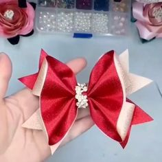 How to make hair bows - over 50 free tutorials - hairbow supplies, etc.Learn how to make over 50 hair bows in our hair bow video tutorials! We have DIY hair bow instructions for all Diy Hair Bows, Making Hair Bows, Ribbon Hair Bows, Diy Bow, Diy Ribbon, Diy Hair Clips, Flower Hair Bows, Handmade Hair Bows, Bow Making