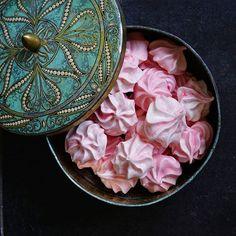 Tein eilen marenkeja juhannuspäivän jälkiruokaa varten Homemade meringues for midsummer party . . #marenki #vaaleanpunainen #leivonta #leipominen #itsetehty #kirpparilöytö #peltirasia #ruokakuvaus #nelkytplusblogit #meringue #meringues #pink #baking #vintagefinds #homemade #postitforaesthetic #everydaybeauty #partyfood