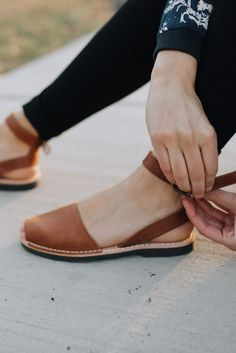 Selected pins for shocking shoes for women, covering heels that are high flat shoes, casual shoes, sneakers, and any other kind of stunning shoes. Spring Shoes, Summer Shoes, Loafer Shoes, Women's Shoes Sandals, Shoes Sneakers, Pons Shoes, Mid Heel Shoes, Wide Shoes, Flat Shoes