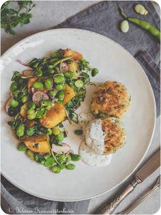 Hechtfrikadellen   Kartoffelsalat mit dicken Bohnen Salmon Burgers, Foodblogger, Summer Vibes, Ethnic Recipes, Dips, Desserts, Potato Salad, Potato, Finger Food
