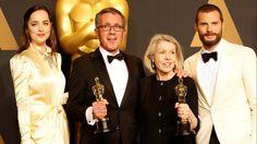 Oscar 2017: todos los ganadores de la gran noche de Hollywood. Mejor diseño de producción, Dakota Johnson, el diseñador de producción David Wasco, la directora artística Sandy Reynolds-Wasco y el actor Jamie Dornan, de la película La La Land. (EFE)