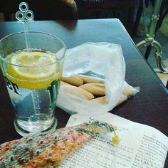 Y'a plus dur dans la vie que des pauses comme ça!  Une boisson fraîche des navettes et un bon tricot...bref le paradis! #paradise #pleasure #placesyoucanknit #placewhereyoucanknit #knitting #tricot #knittingtherapy #iknitsoiwontkillpeople #iknit #knittingtime #timetoknit #perrier #citron #lemon #cakes by emyd03
