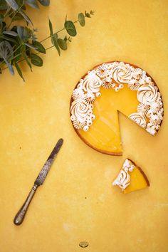 Pour changer de la version classique au citron, voici ma recette de la tarte au fruit de la passion meringuée. Pâte sucrée, curd passion et meringue italienne.