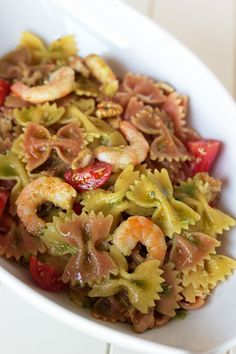 Salada de laços bicolor com camarão, tomate e azeite de manjericão