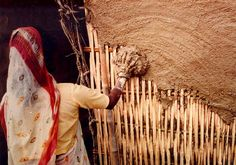 Building and shaping a wall: first, bamboo is covered with clay and dung Wattle And Daub, Cob Building, Building A House, Building Images, Cob House Plans, Bamboo House Design, Mud House, Bamboo Construction, Bible Images
