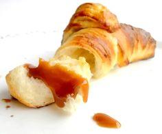 Recette croissants maison  par Mathilde : Voici une recette idéale pour le petit déjeuner : des croissants. A la base, c'est une recette de ma grand-mère que j'ai un peu modifiée. Ils ont un bon goût de beurre, sont bien feuilletés, avec....Ingrédients : oeuf, sucre, beurre, farine, lait No Salt Recipes, Cooking Recipes, Vienna Bread, Bread And Pastries, Yummy Treats, Breakfast Recipes, Bakery, Food Porn, Brunch