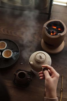 Warming a stove and brewing tea, it's a Chinese winter tea life. Join in a tasteful tea party, chatting with friends and enjoying gongfu tea. Chinese Tea Room, Chinese Tea Set, Chinese Style, Thé Oolong, Tea Culture, Brewing Tea, Tea Art, How To Make Tea, Chai