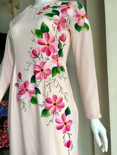 Fabric Colour Painting, Fabric Painting On Clothes, Fabric Paint Shirt, Paint Shirts, Dress Painting, Painted Clothes, Saree Painting Designs, Fabric Paint Designs, Hand Painted Sarees