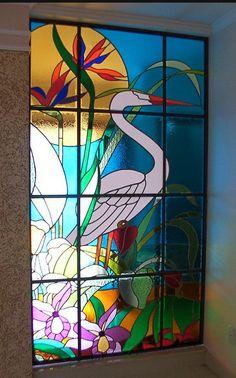 vitral residencial com vidros coloridos, tema garça