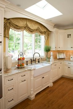45 Trendy ideas for kitchen window treatments over sink wide Kitchen Sink Decor, White Shaker Kitchen Cabinets, Kitchen Cabinet Remodel, Kitchen Design, White Cabinets, Kitchen Ideas, French Style Homes, Kitchen Window Treatments, Beautiful Kitchens