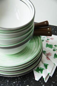 Modernes Design trifft schwedische Tradition in unserer limitierten SÄLLSKAP Kollektion. Plates, Tableware, Kitchen, Swedish Traditions, Ikea Kitchen, Contemporary Design, Food, Licence Plates, Dishes