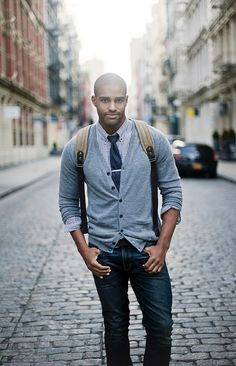 Fall fashion inspiration with a gray cardigan blue gingham shirt with button collars navy tie with silver tie bar denim canvas backpack. Nice business casual fall look. Rugged Style, Style Casual, Casual Fall, Men Casual, Smart Casual, Casual Tie, Men's Style, Casual Styles, Casual Jeans