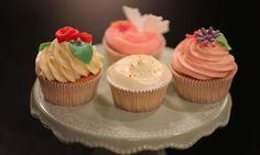 Cupcakes: Dekoration: nach Belieben Blumen ausstechen und verzieren, Blättli… Frost Cupcakes, Mini Cupcakes, Muffins Frosting, Cupcake Frosting, Allrecipes, Sweets, Food, Frostings, Videos