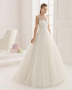 Vestido de noiva de renda e tule sedoso, com brilhantes. Coleção Rosa Clará Two 2016