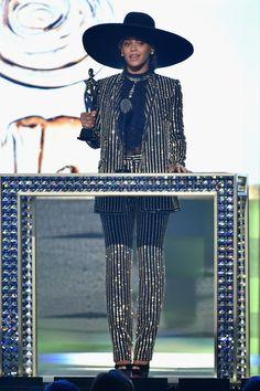 Chaque année depuis 54 ans, le Council of Fashion Designers of America récompense les créateurs américains de l'année à la tête d'une maison de prêt-à-porter féminin ou masculin et d'accessoires. Le grand gagnant de cette édition 2016 est Marc Jacobs, récompensé du prix de Womenswear Designer of the Year. Thom Browne a été honoré du prix Menswear Designer of the Year et l'International Award a été attribué à Alessandro Michele, directeur artistique de Gucci. Enfin, Mansur Gavriel a reçu le…