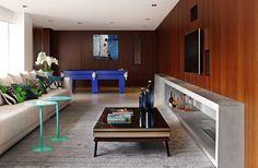 SJZ House / ZIZ Arquitetura @zizarquitetura #sala #lareira #escada #cimentoqueimado #cimentopolimerico #madeira #painel #hometheater #living #fireplace #stairs #concrete #cement #wood #wall #panel #decor