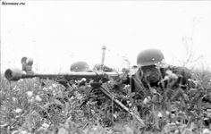 AUG 18 1941 Surprise attack by the Waffen-SS A German anti tank rifle on the Russian front during the summer of Anti Tank Rifle, Germany Ww2, German Uniforms, Ww2 Uniforms, Cool Tanks, War Photography, German Army, Panzer, Luftwaffe