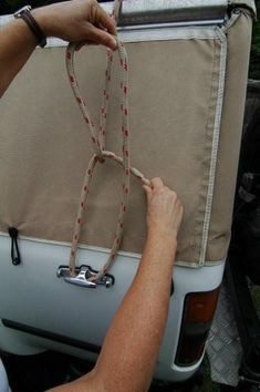 We always carry some rope with us and it's handy to know a few knots, so you can use the rope to maximum effect, Allan Whiting from Outback Travel Australia reports. The Truckies' Hitch and the Bowline are very handy.Useful knots for bush travellers Truckers Knot, Rope Cross, Survival Knots, Block And Tackle, Knots Guide, Paracord Knots, Paracord Projects, Fishing Knots, Tie Knots