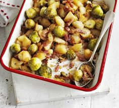 This bubble & squeak with sprouts, bacon and potato needn't be relegated to leftovers- it makes a great alternative to roasties, from BBC Good Food. Bubble And Squeak, Easy Healthy Dinners, Easy Dinner Recipes, Easy Snacks, Dinner Ideas, Roast Chicken Veg, Pork Pot Roast, How To Cook Sprouts, Bbc Good Food Recipes