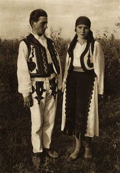 Popular Folk Embroidery Snapshots of Dress in Old Romania - One Who Dresses Traditional Art, Traditional Outfits, Folk Costume, Costumes, Gypsy Culture, Folk Embroidery, Blouse Vintage, European Fashion, Old Photos