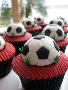 soccer cupcakes for end of the year soccer party Soccer Cupcakes, Soccer Cake, Soccer Theme, Soccer Birthday, Soccer Party, Cute Cupcakes, Football Soccer, Soccer Banquet, Football Cakes