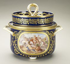 An ice bowl, part of a Sèvres porcelain dinner service commissioned by Louis XVI in 1783. Only about half of the service was finished when the king was executed in January of 1793.Royal Collection © Her Majesty Queen Elizabeth II