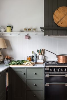 Deep green face frame kitchen with Falcon oven, v groove back splash and peg rail - Cottonwood & Co Kitchen Redo, New Kitchen, Kitchen Cabinets, Country Style Homes, Cottage Style, Australian Country Houses, Sage Green Kitchen, Moving To New Zealand, Cottage Kitchens