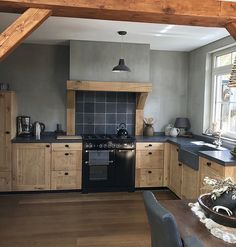 New and Old Looking Modern Kitchen Renovation Styles. Small kitchen design with black wood cabinet. – White N Black Kitchen Cabinets Kitchen Interior, Kitchen Remodel, Kitchen Decor, New Kitchen, Country Kitchen, Home Kitchens, New Kitchen Cabinets, Kitchen Renovation, Kitchen Design