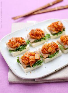 Kimchi and samgyeopsal on tofu. Photograph by 갱씨.