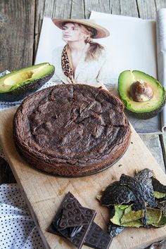Torta vegana cioccolato e avocado | Breakfast at Tiffany's di Francesca Maria Battilana Vegan Sweets, Healthy Sweets, Healthy Baking, Dairy Free Recipes, Raw Food Recipes, Sweet Recipes, Tortillas Veganas, Food Porn, Deli Food