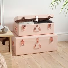 Beautify Blush Pink Vintage Style Steel Metal Storage Trunk Set Lockable and Decorative with Rose Gold Handles - College Dorm and Bedroom Footlocker Trunks Style Vintage, Vintage Pink, Vintage Fashion, Rollers, Bedroom Storage, Bedroom Decor, Bedroom Ideas, Bedding Decor, Bedroom Stuff