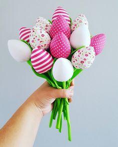 Bukiet składający się  z 13 tulipanów  W skład którego wchodzą ; 3 szt Ciemno różowe w białe kropeczki 3 szt biało różowe pasy  3 szt białe gładkie  4 szt białe w drobne różowe... Raj, Thanks
