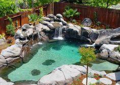 Swimmingpool Design Wasserfall Steine Natürlich Look Friede Holz