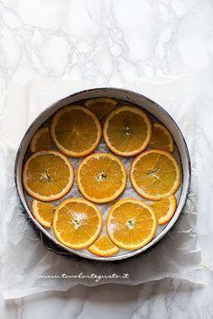 disporre le fettine di arancia sul fondo dello stampo - Ricetta Torta rovesciata all'arancia